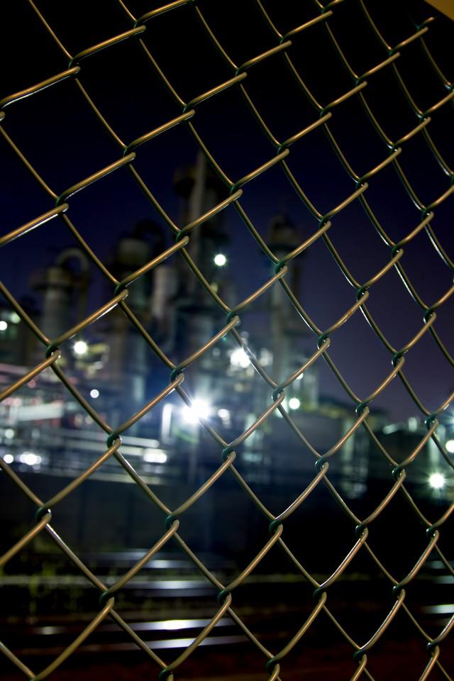 「金網越しの工場(夜景)金網越しの工場(夜景)」のフリー写真素材を拡大