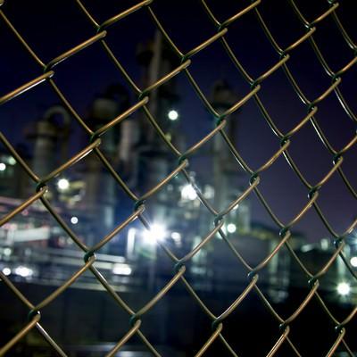 「金網越しの工場(夜景)」の写真素材