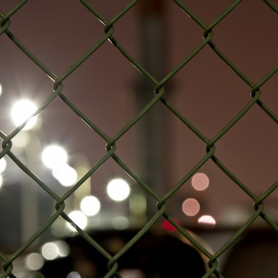「金網とボケる光」の写真素材
