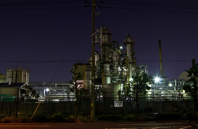 関係者立入禁止の工場(夜景)の写真