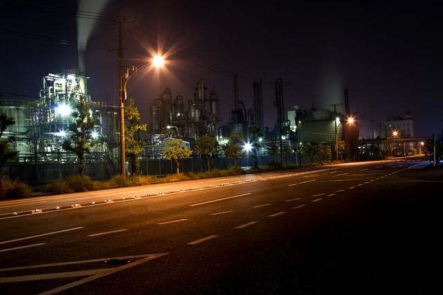大きな道路と工場の夜景の写真
