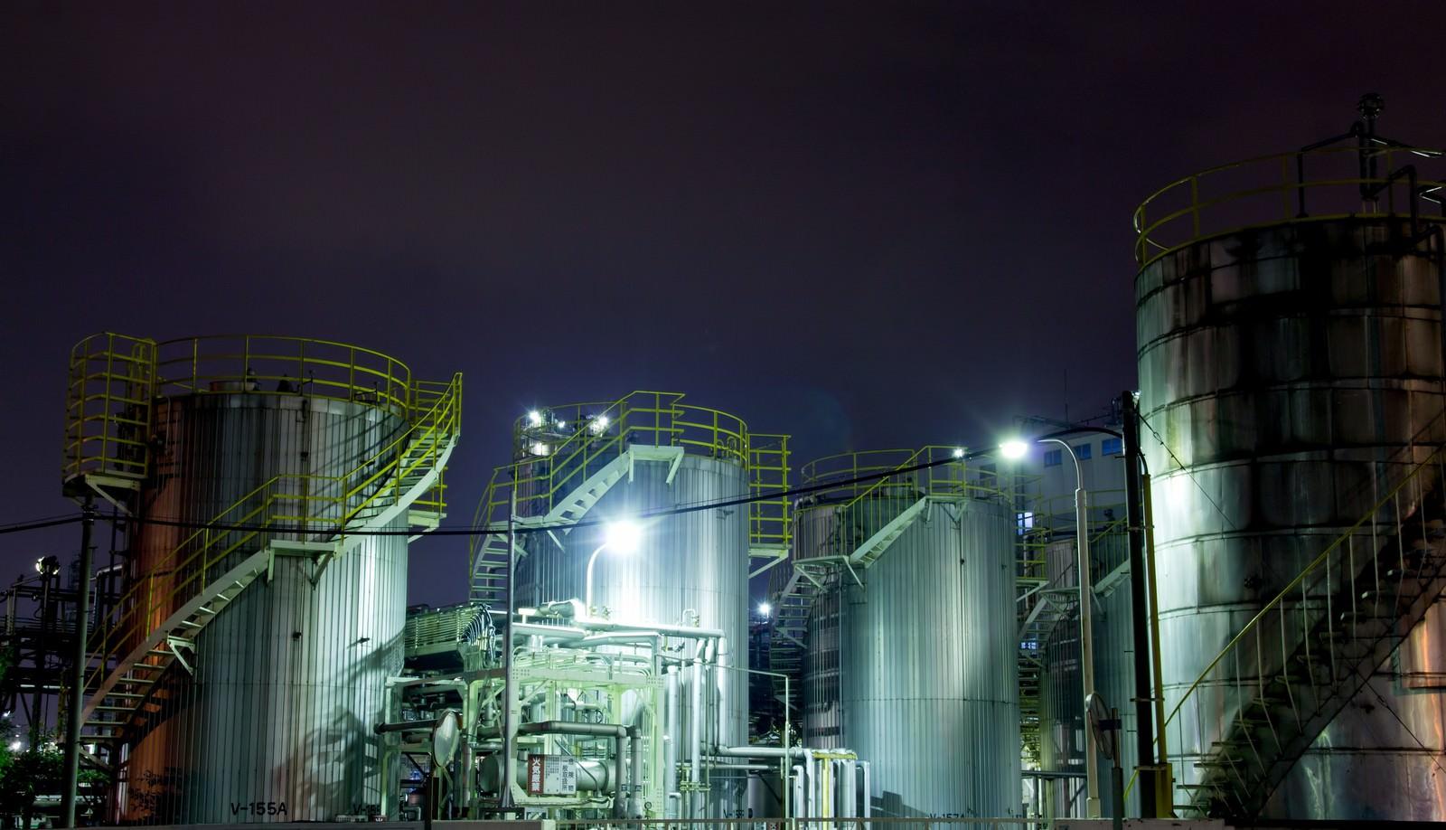 「ライトアップされたケミカル工場」の写真