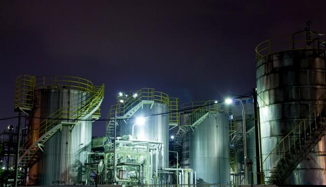 ライトアップされたケミカル工場の写真