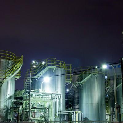 「ライトアップされたケミカル工場」の写真素材