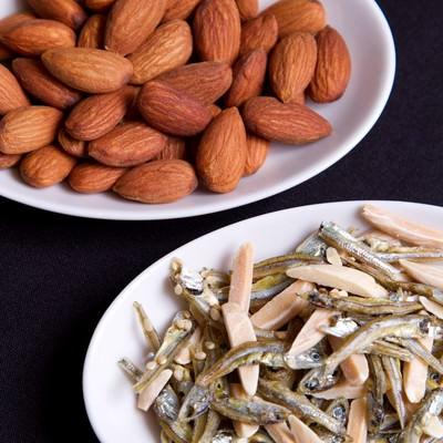 「小魚ピーナッツとアーモンド」の写真素材