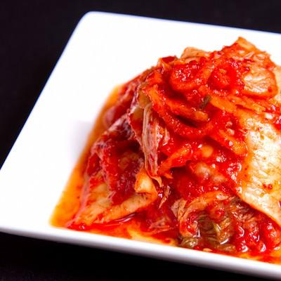 「お皿にのったキムチ」の写真素材