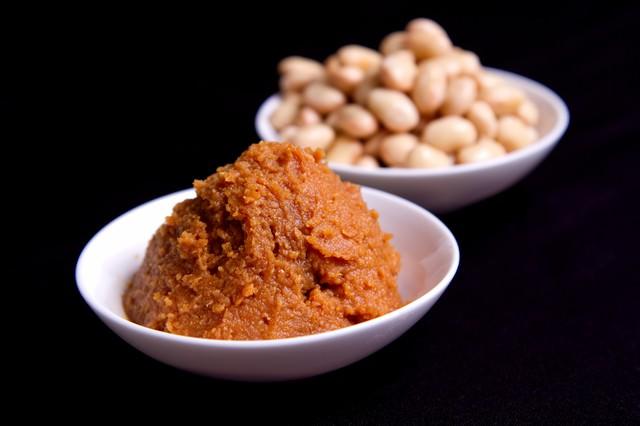 盛られた味噌と大豆の写真