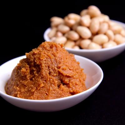 「盛られた味噌と大豆」の写真素材