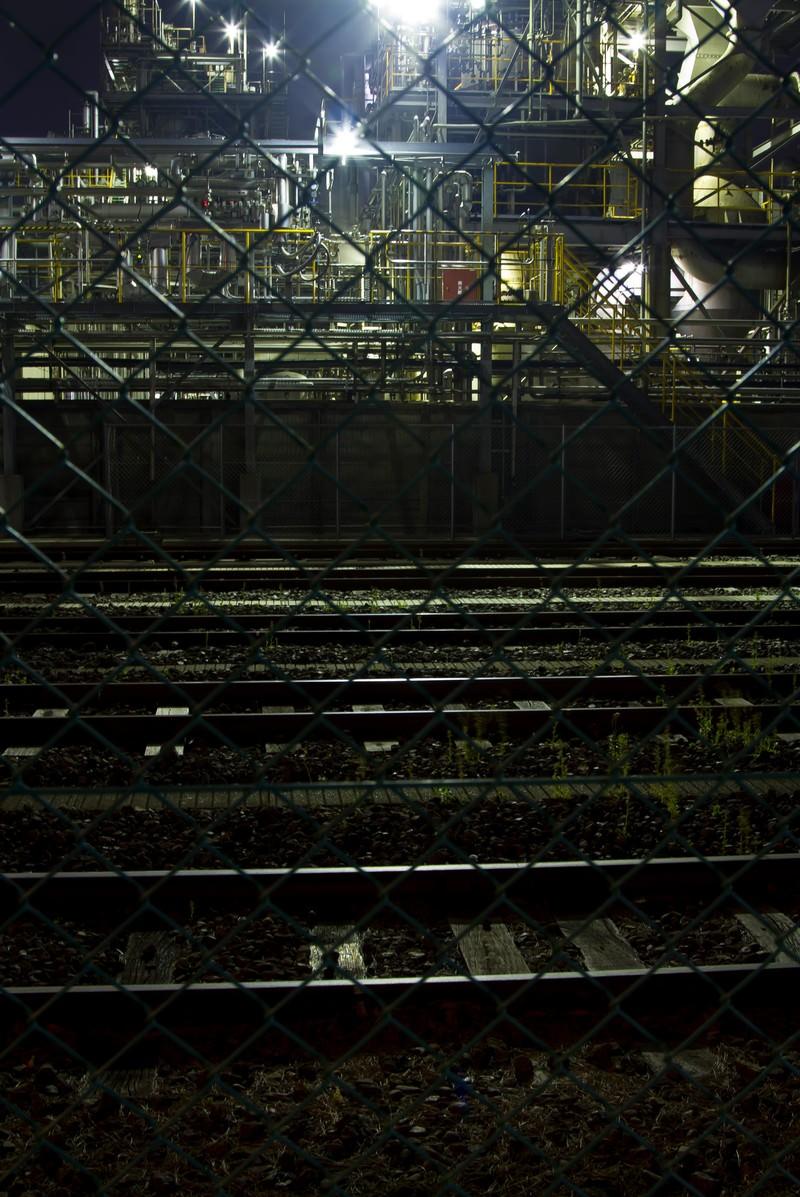 「線路と夜の工場」の写真