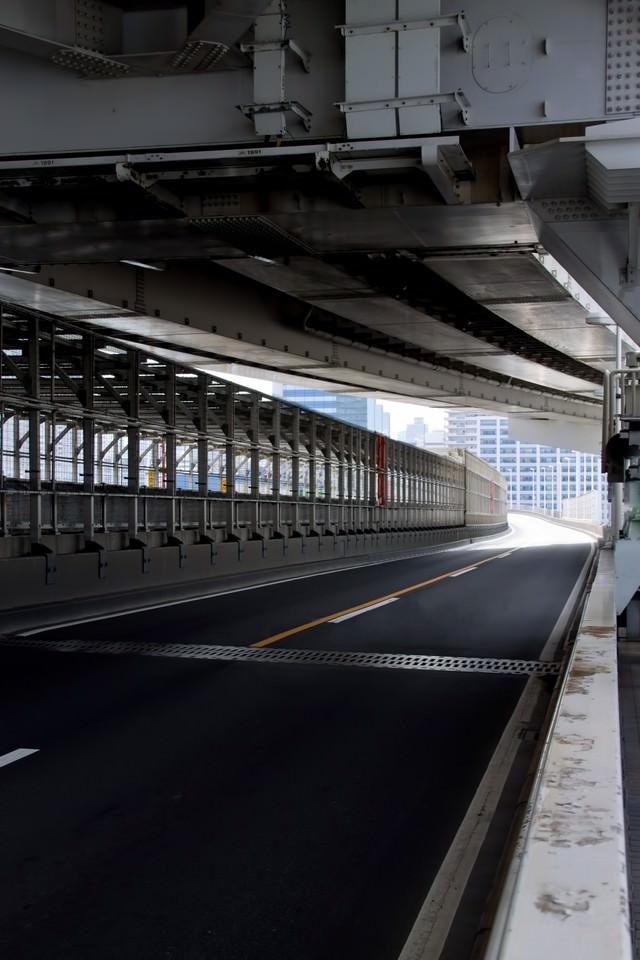 レインボーブリッジの車道の写真