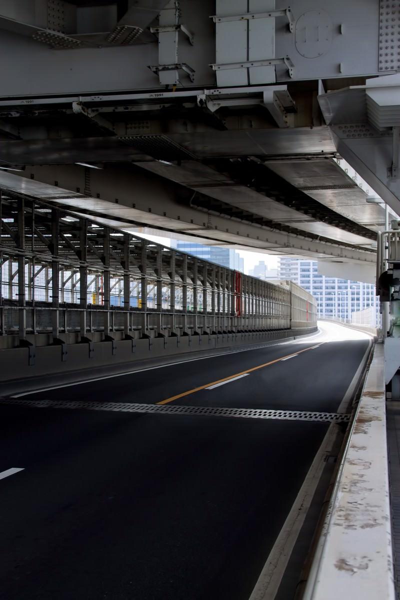 「レインボーブリッジの車道」の写真