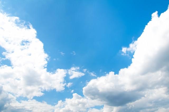 澄んだ青空と雲の写真
