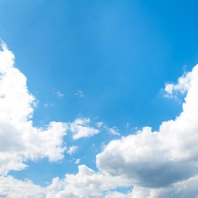 「澄んだ青空と雲」の写真素材