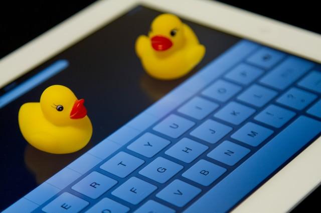 タブレットとキーボードとあひるちゃんの写真
