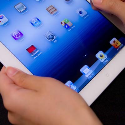 「タブレットを指で操作する」の写真素材