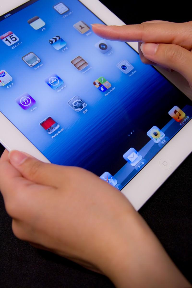 「タブレットを指で操作する   写真の無料素材・フリー素材 - ぱくたそ」の写真