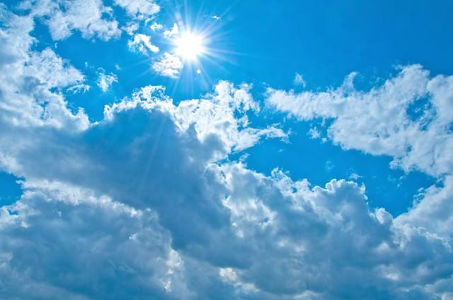 雲と気持ちの良い日差しの写真