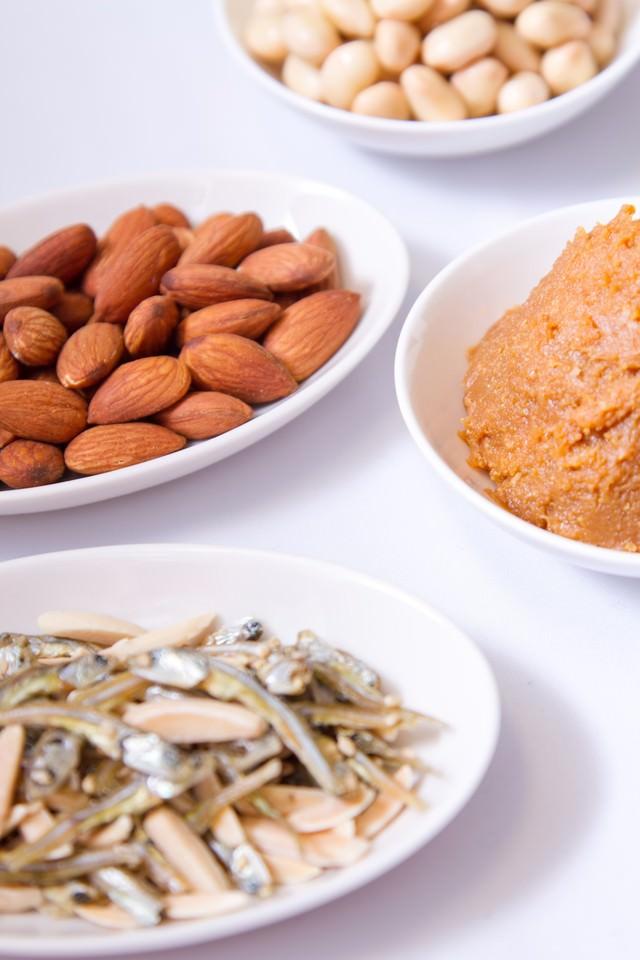 小魚・アーモンド・大豆・味噌の写真