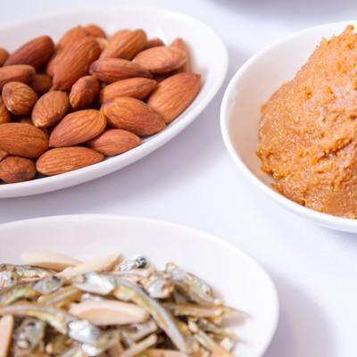 「小魚・アーモンド・大豆・味噌」の写真素材