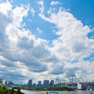 「レインボーブリッジと街並み・青空と雲」の写真素材