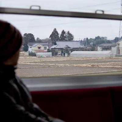 電車で田舎に帰省する人の写真