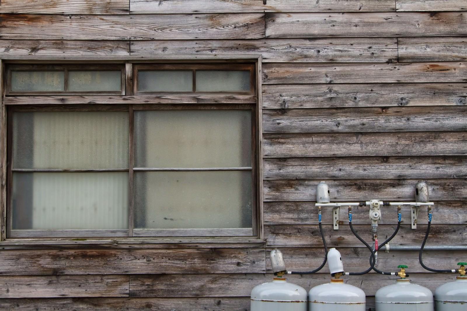 「古い板張りの民家と窓」の写真