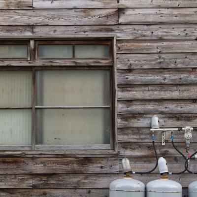 「古い板張りの民家と窓」の写真素材