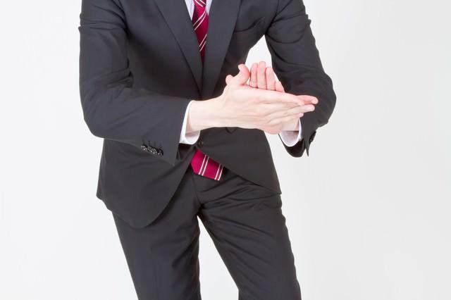 「イヨッ!社長」っとおべっかを使うサラリーマンの写真