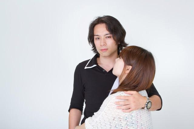 彼女の肩を抱きしめる男性の写真