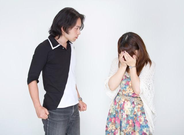 怒り威圧する彼氏と涙を流す彼女の写真