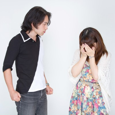 「怒り威圧する彼氏と涙を流す彼女」の写真素材