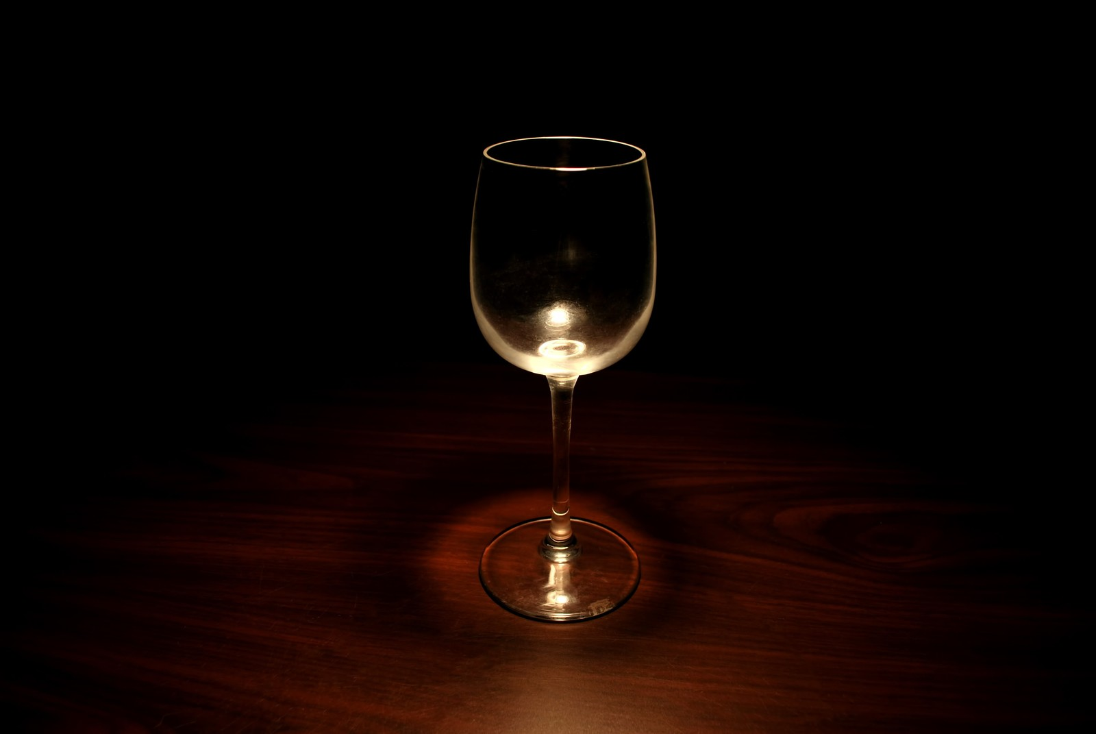 「暗闇の中のグラス暗闇の中のグラス」のフリー写真素材を拡大