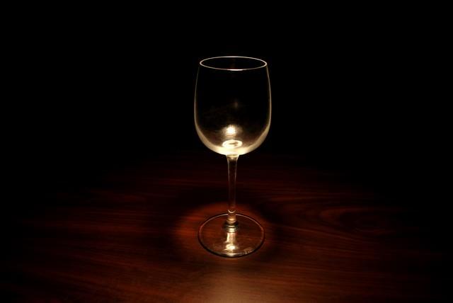 暗闇の中のグラスの写真