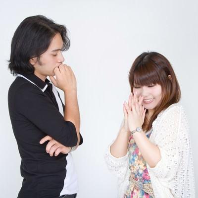 「彼氏にお願いをする女性」の写真素材