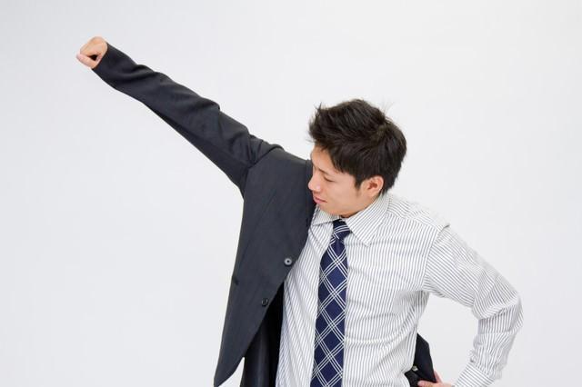 スーツを羽織る男性の写真