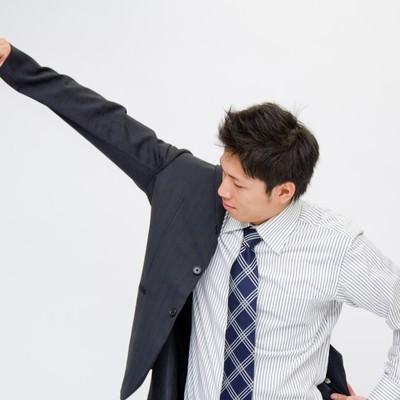 「スーツを羽織る男性」の写真素材