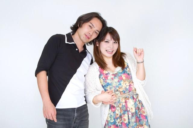 手を握り合う若いカップルの写真