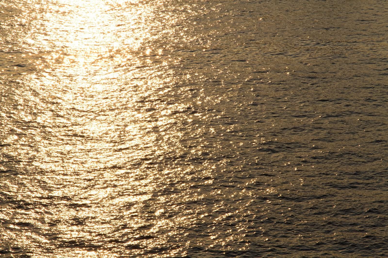 「夕焼け反射する水面」の写真