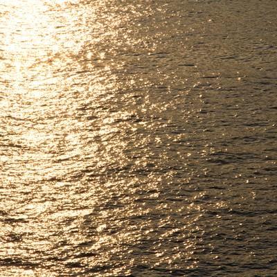 夕焼け反射する水面の写真
