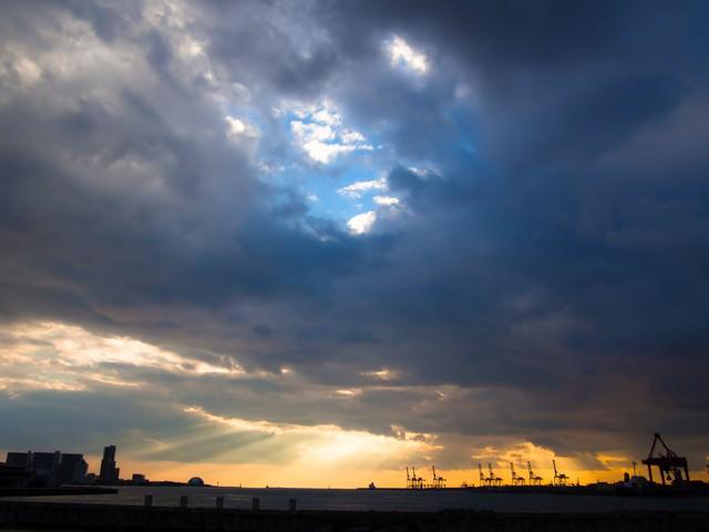雲から漏れる夕焼けの写真