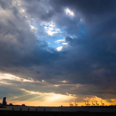 「雲から漏れる夕焼け」の写真素材
