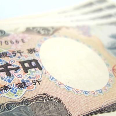 「重ねた2千円札」の写真素材