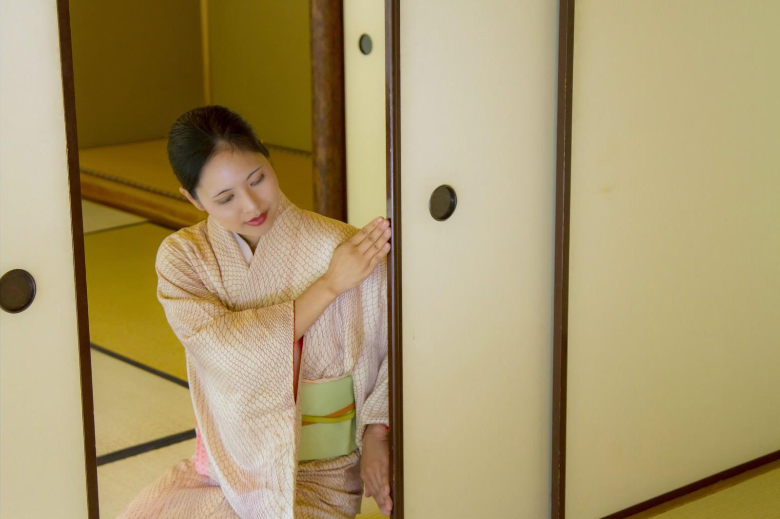 「ふすまを開ける着物の女性」の写真[モデル:きせんひろみ]