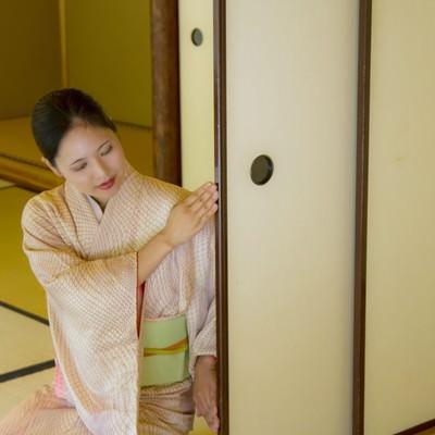 ふすまを開ける着物の女性の写真