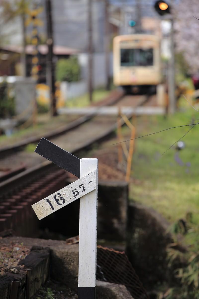 「遠くに見える電車と標識遠くに見える電車と標識」のフリー写真素材を拡大