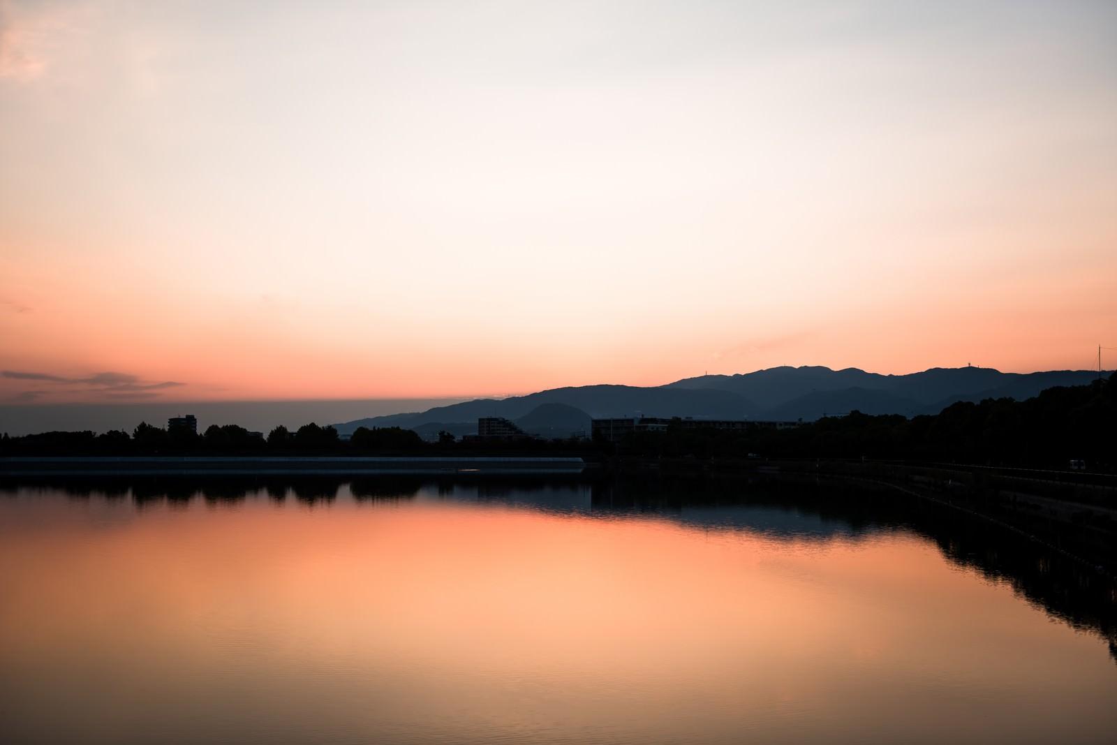 「夕暮れと反射する水面」の写真