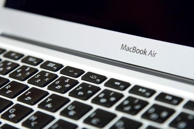 薄型ノートパソコンのキーボードの写真