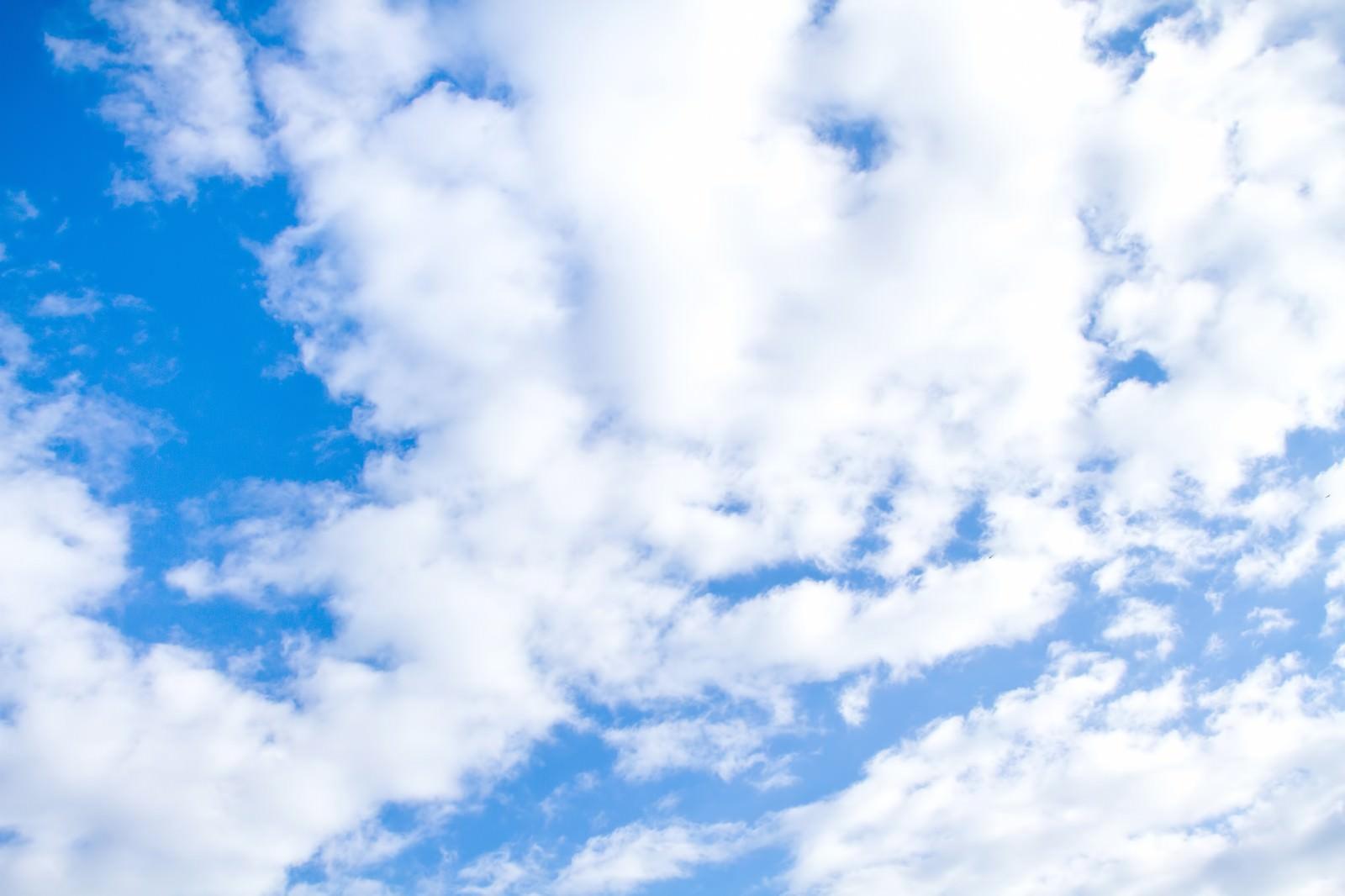 「青空とおぼろ雲 | 写真の無料素材・フリー素材 - ぱくたそ」の写真