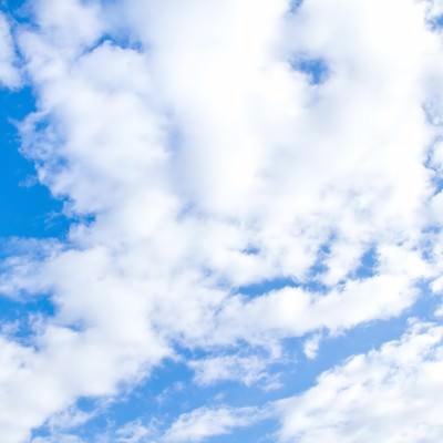 「青空とおぼろ雲」の写真素材