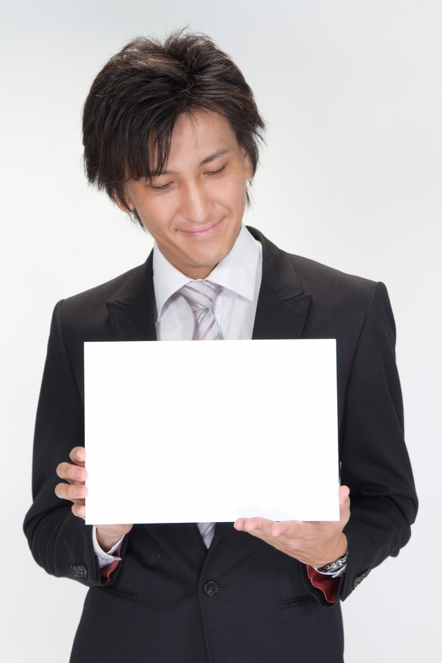 白いボードを見るビジネスマンの写真